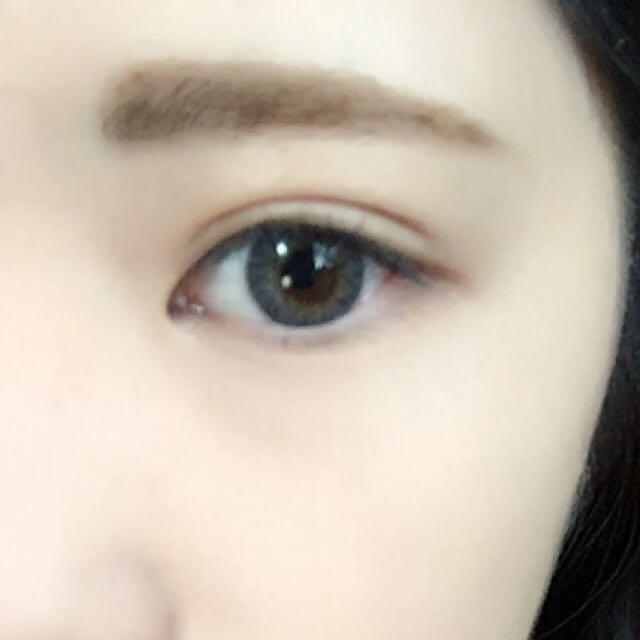 2のアイブロウペンシルで眉の形を描き、1の眉マスカラで眉毛を染めます。