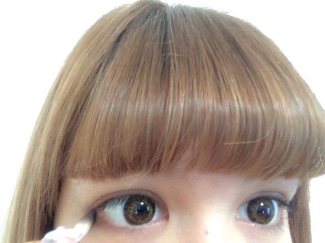 目尻の下まぶたに濃いブラウンとブラックブラウンを混ぜて入れる。