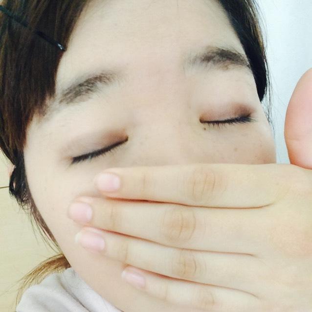 次にアイシャドウ!まゆげと同じ色を人差し指のお腹でひとぬり◎ 私はアイホールとちょうど同じ大きさだからぴったりなの! 顔がアホづら笑