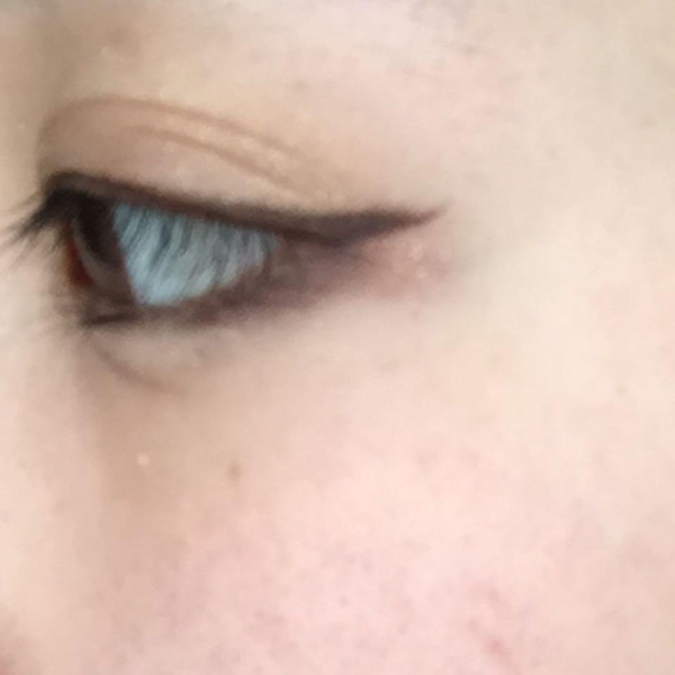 下目尻に右下一番濃い色を黒目に向かって細くなるようくの字に入れる