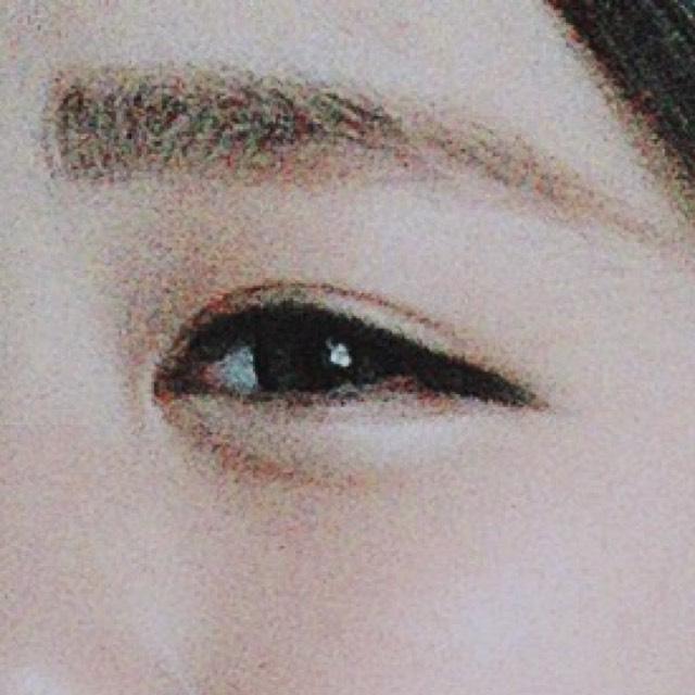 眉毛は平行に! はみ出てしまうところはコンシーラーで消す! 涙袋は影をつけて、白のアイシャドウでぷっくり感を出します☝