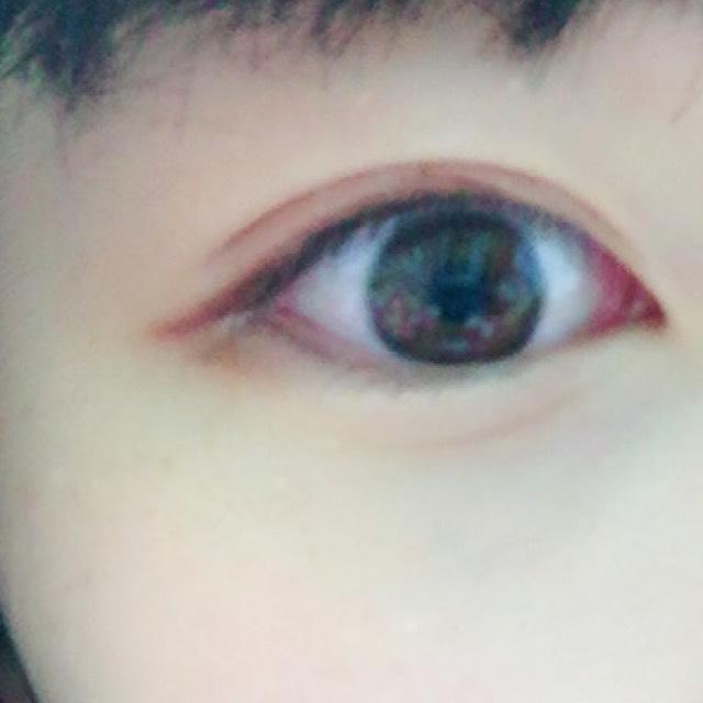 ポイントはアイシャドウ 全体に右上の白シャドウ。黒目の上あたりにピンクを入れて目を引き締めるために濃い茶色をアイラインをぼかすように入れる! 涙袋を入れてぷっくりとした目に!目尻にピンクを少し入れるとかわいいよ(`・ω・´)ノ
