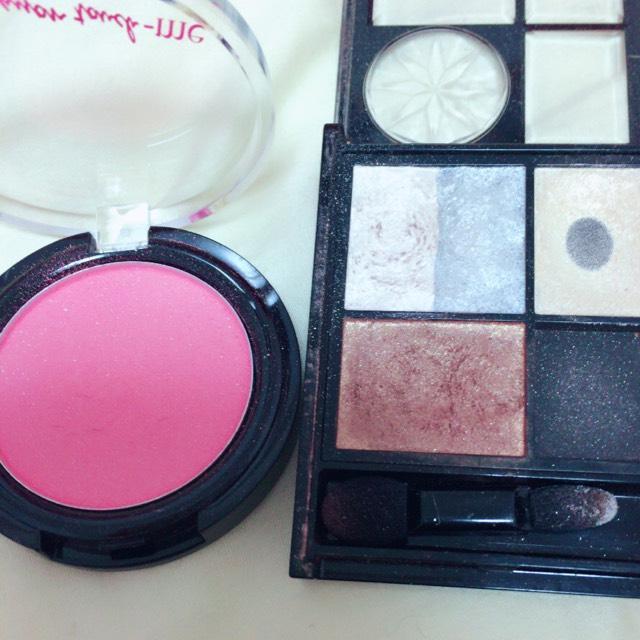 使用したアイシャドウ 。使ったのは右上の白と左下の茶色と左のピンク!