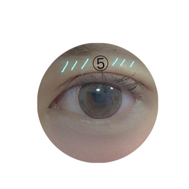 まず瞼の上に⑤のキラキラしたシャドウを軽くのせます。