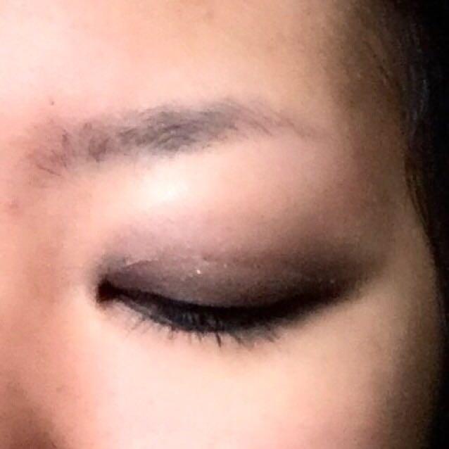 目を閉じたところはこんな感じです。ファイバーはたまにしか使わないので練習中……。  最後に、上まぶた全体のきわに締め色を中間色より細めに入れます。目尻側は長く伸ばして消えていく感じで。下まぶたの締め色は目尻だけです。