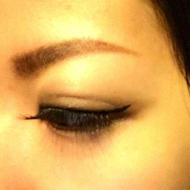 目を閉じたところです。つけまつ毛とまぶたの境目をきれいに埋めるのがポイントです。  眉毛は生えていない部分をパウダーで足して、ペンシルで形を整えます。ペンシルはダイソーのものです。髪の毛の色(黒)に合わせると眉毛が濃くなりすぎるので、濃い茶色を使います。