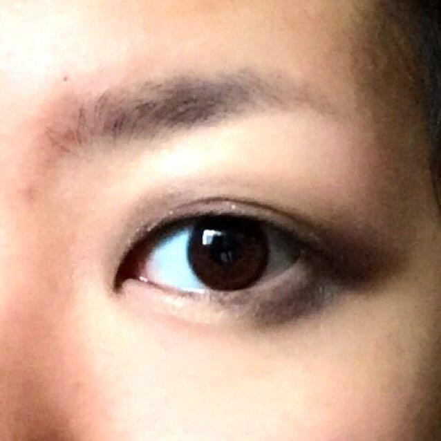 アイシャドウはKATEのブラウンシェードアイズのディープです。  はじめに、ブラシでアイホール全体に一番左の白のシャドウを入れます。下まぶたの目頭〜黒目の下にもチップで白を入れます。 目が離れ気味なので、上まぶたの目頭側には中間色をしっかり入れます。上下まぶたの目尻側にも中間色を広めに入れます。