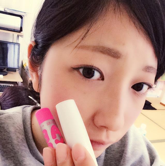 最後にピンクの色付きリップと赤の口紅をナチュラルに重ねてぬります!
