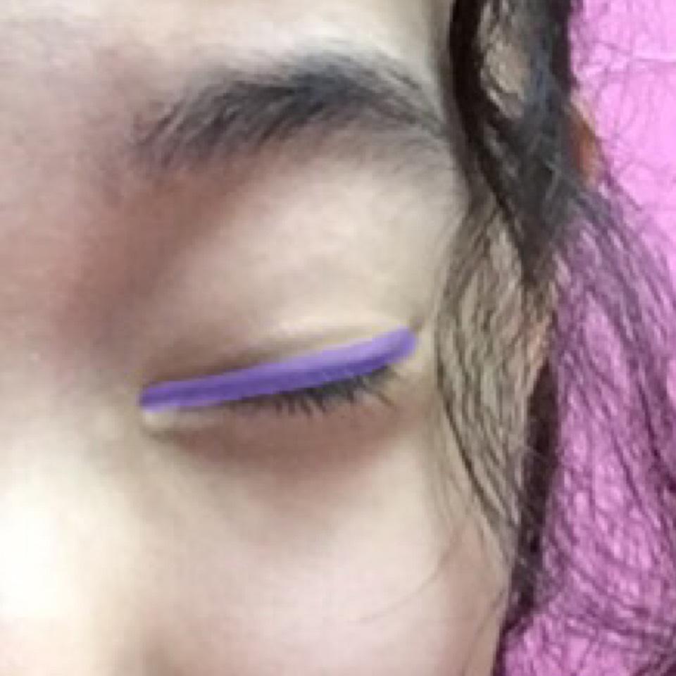 目の上に濃い紫をのせます