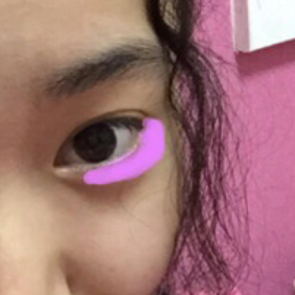 目の下にしっかりと濃い紫をピンク色の印のような形でのせます