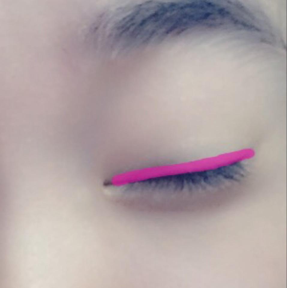 目のフチにピンクを濃く入れます