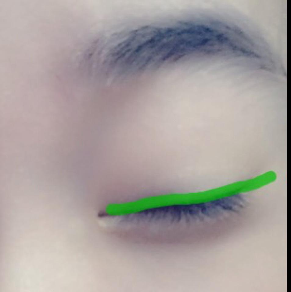 まつ毛の生えぎわから、グリーンのアイラインを長めにひきます