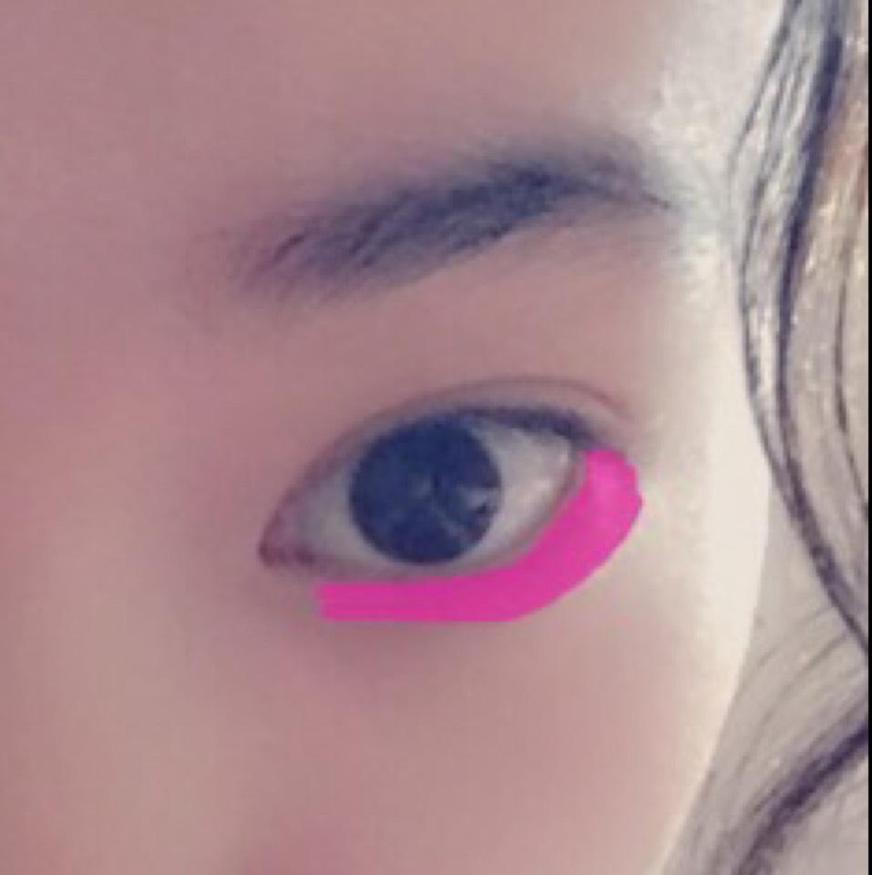 目の下に濃いピンクを濃くのせます