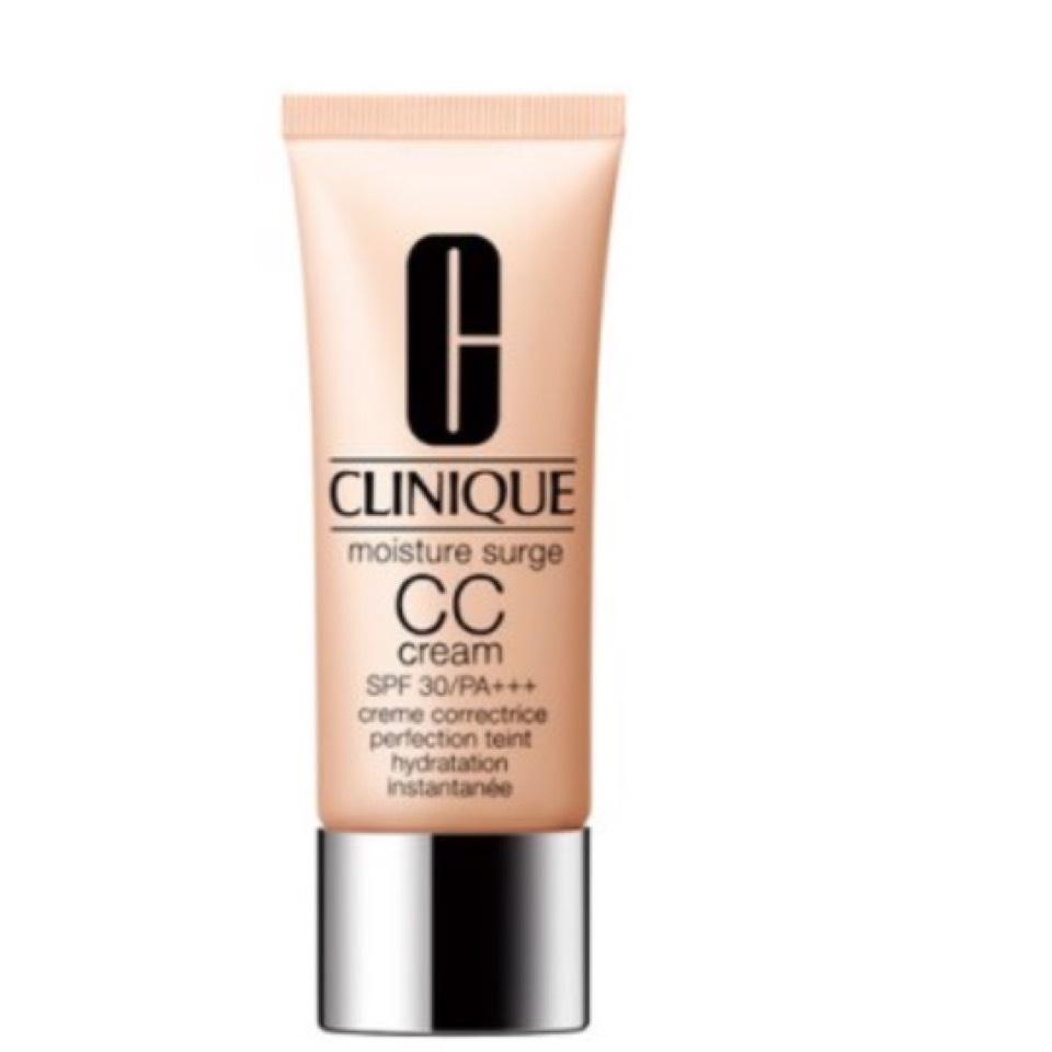 化粧水をはたいてから、CLINIQUEのCCクリームを顔の高いところに置いて全体に伸ばします。