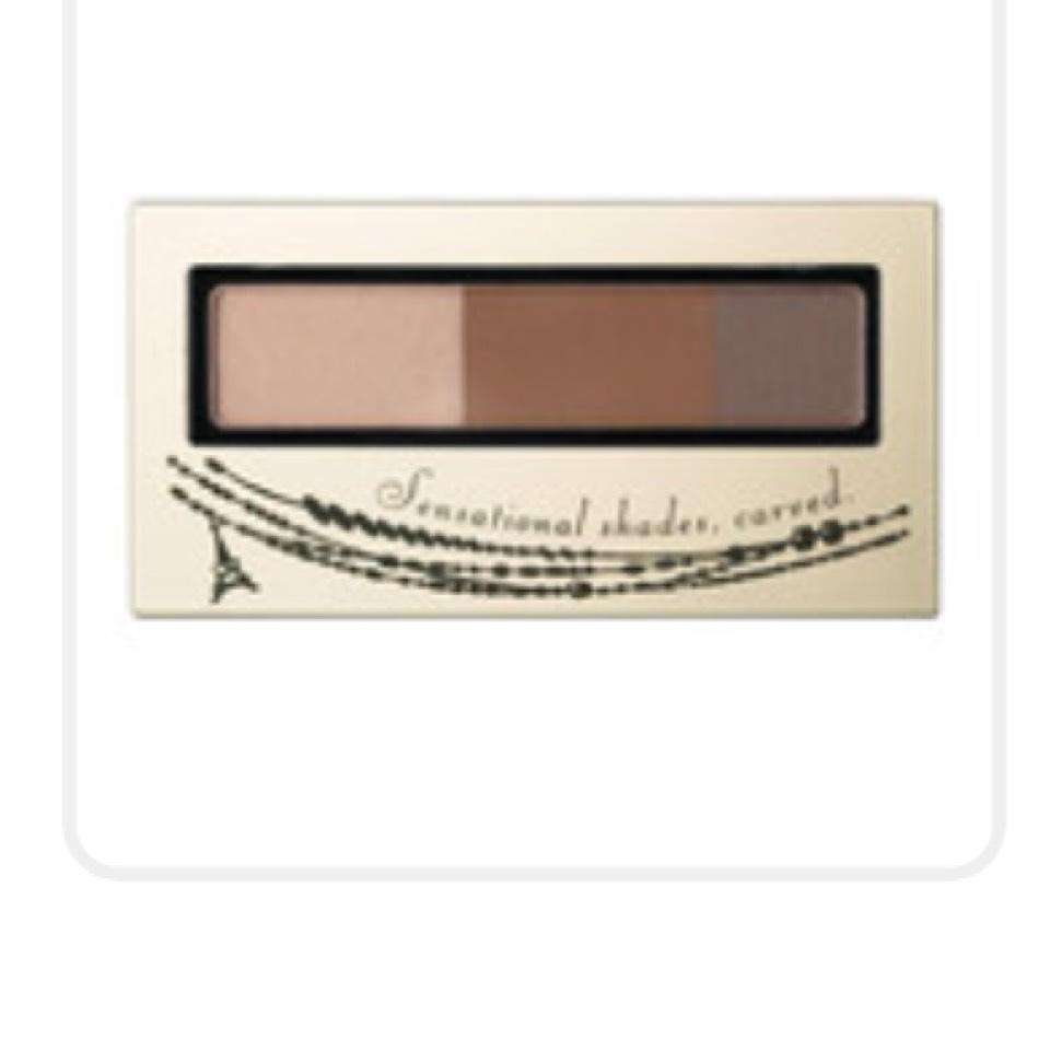 インテグレートのアイブローパウダーの茶色2色を混ぜて眉毛を書きます。私は太いのがあまり好きではないので流行りよりは細めに書いています。