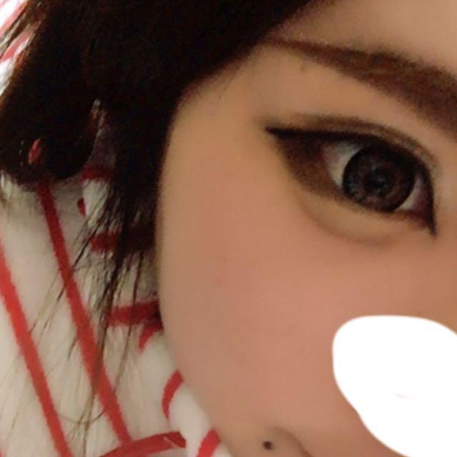1.自分好みのちょい太眉毛の輪郭を書き、アイブローパウダーで色付けする。眉マスカラは明るめ。  2.アイプチをする。 自分はほんとにどうしようもない一重なんで アイプチはつけまのり! 瞼をめいいっぱい持ち上げて瞼にくっつける!これを1回2回と重ねる。 その上にダブルラインを入れる。 はみ出したダブルラインをベージュのアイシャドウで器用に消す! 二重幅にアイシャドウを塗る。  3.太めにアイラインを入れる。 目尻、目頭はリキッドアイライナーの黒を使う。 真ん中は茶色のペンシルで! 今回はタレ目をイメージしたちょっと幼く見えるメイク!  4.涙袋を書く! 自分は細めのやつで描きたいので100均のアイブローペンシルがオススメ! 色はベージュが〇!  5.目尻3分の1に幅広く濃いブラウンのアイシャドウを塗る。  6.後はマスカラをして自分好みに切開ラインをかいたら 完成!