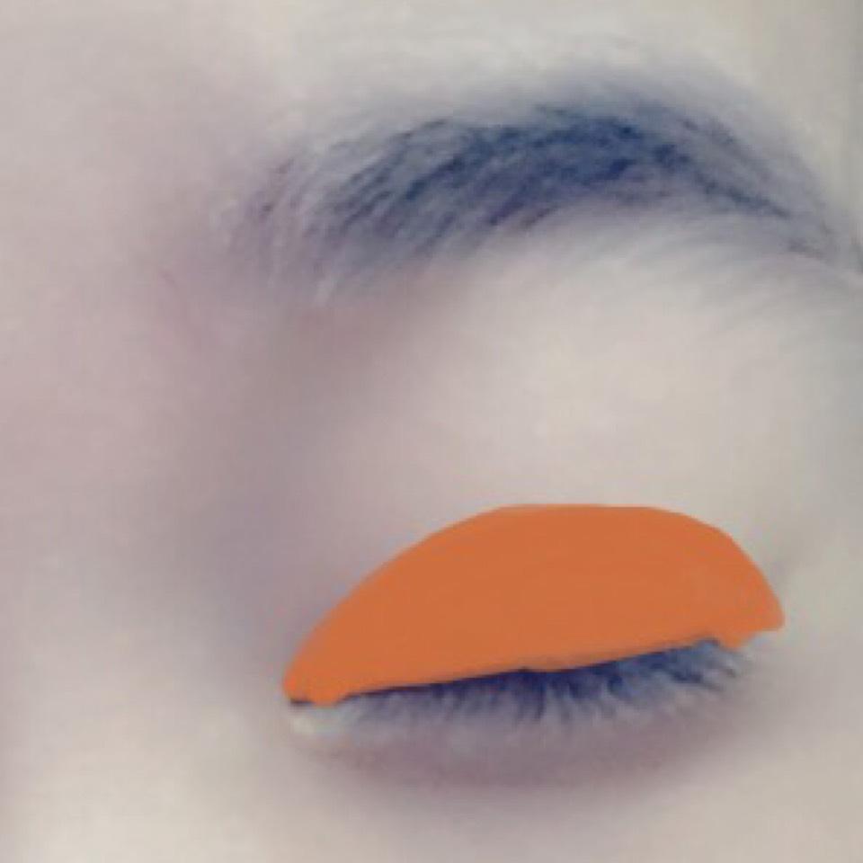 目の上に広く薄くブラウンをのせます