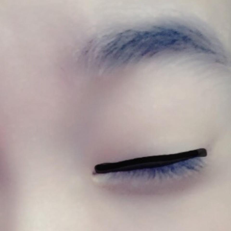 目の上に太めにアイラインをひきます