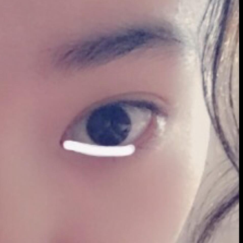 目の下の黒目を過ぎたあたりまで白いシャドウを薄くのせます
