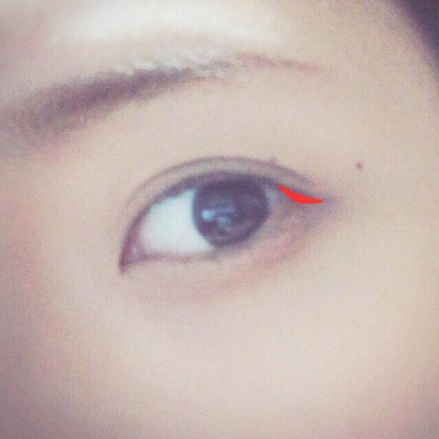 目を開いた時にまぶたが重なる部分にだけ、ブラウンを入れます