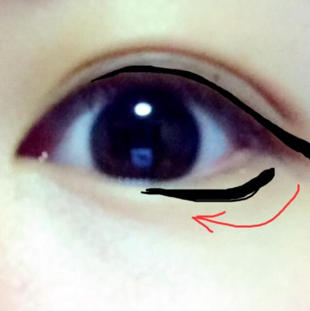 下にも濃いめのブラウンを塗ります。ラインの説明です。ジェルライナーで矢印のように、まつげの生え際から1.5ミリほど離して描きます。 その際に目尻の部分を上のライナーと重ねなくて大丈夫です。むしろ気持ち離す感じで。 目頭と繋がるようにつけまを!