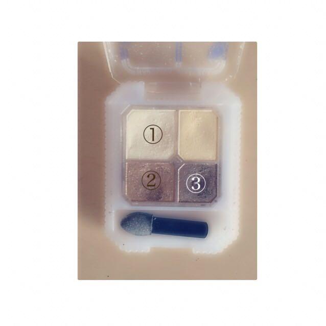 (4)アイメイクは、①の色をアイホール全体と下瞼に塗ります 。②の色を二重幅に塗ります 。③の色を瞼の際にシャドウラインとしていれます 。