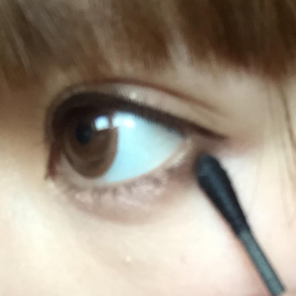 下の目尻に①の右下濃い茶色を入れます。チップだと太くなりがちなので私は綿棒で…♡