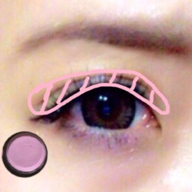 薄いピンクを二重幅またはオーバーぎみに入れます。 *ピンクかどうか分かりにくいくらい薄くて大丈夫です!