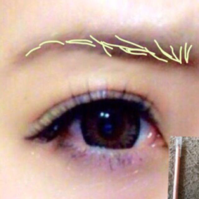 眉毛はペンシルで1本ずつ足す感じて描きます。 *眉山を作る人はまっすぐ向いて黒目の外側の上に眉山がくると綺麗に見えます! *眉尻はシャープに ○こちらの画像は少しずれてます(-_-)