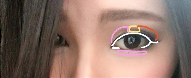 涙袋にはハイライトとシュウウエムラのピンクをのせます。 アイライナーはリキッドで白いラインように目尻は垂れるように少し長めに、下目尻4分の一と目頭は上と繋げず1ミリくらい引きます