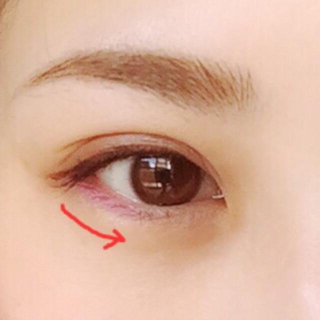 ④のペンシルライナーで下の瞼2/3くらいまで塗ります  濃いめのピンクが好きな子は濃いめに塗ってね♡