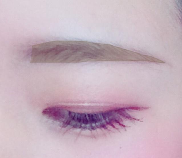 ふんわりした眉毛にさせたいので、パウダーの一番濃い色と真ん中の色で全体を埋めていきます◎  自分の髪色に合わせてください
