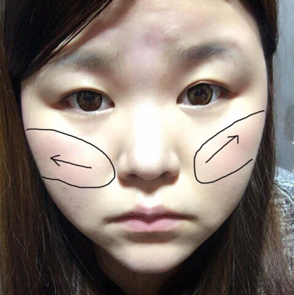 チークも顔の中心から斜め上に向けて塗っていきます