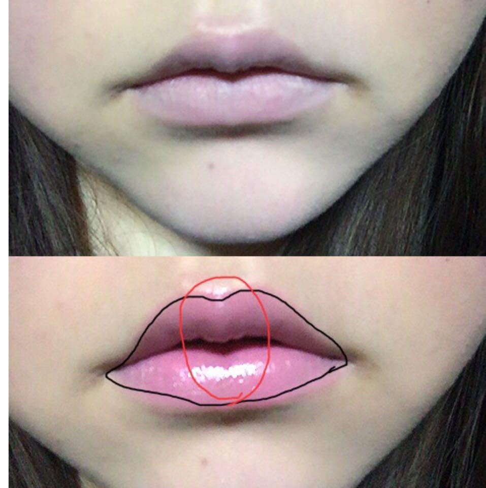 リップの発色を良くするため 唇にBBクリームをぬり 唇の色を隠します。  唇に全体にリップをぬり 凹凸のある部分にだけ グラスを塗る