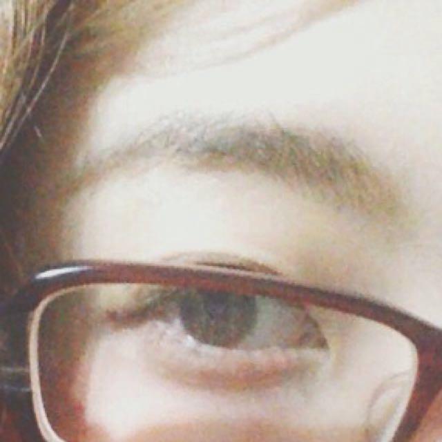 地味めメガネなので、太眉よりは細眉めで。 自眉ある人はマスカラで塗るぐらいでいいと思います(私もそうしました)