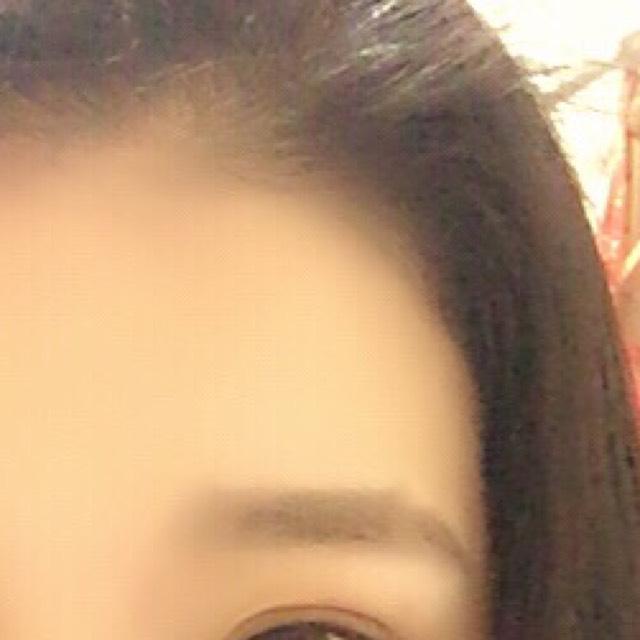 眉毛は太く平行に