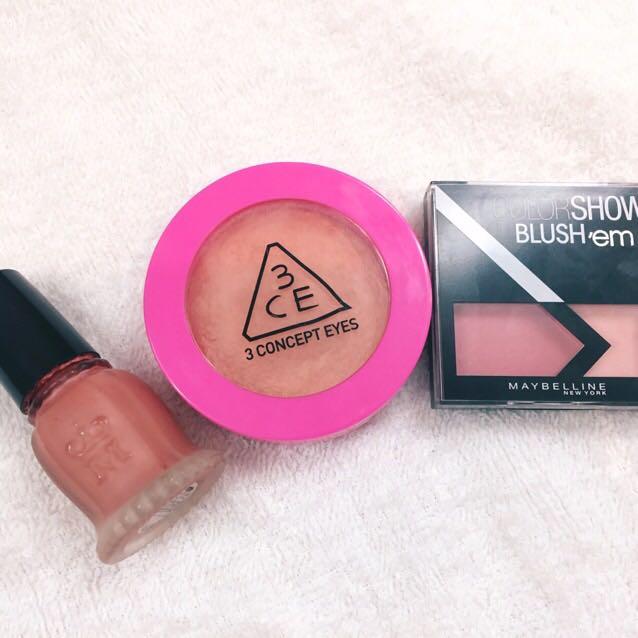 チークは3種類、左から順にぬります。  液体チークをスポンジ オレンジチークをブラシ ピンクチークを指 塗り方を使い分けます。