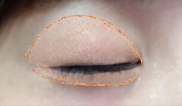 アイホール、下瞼を広めにラメのある肌なじみの良いアイシャドウをぬります。