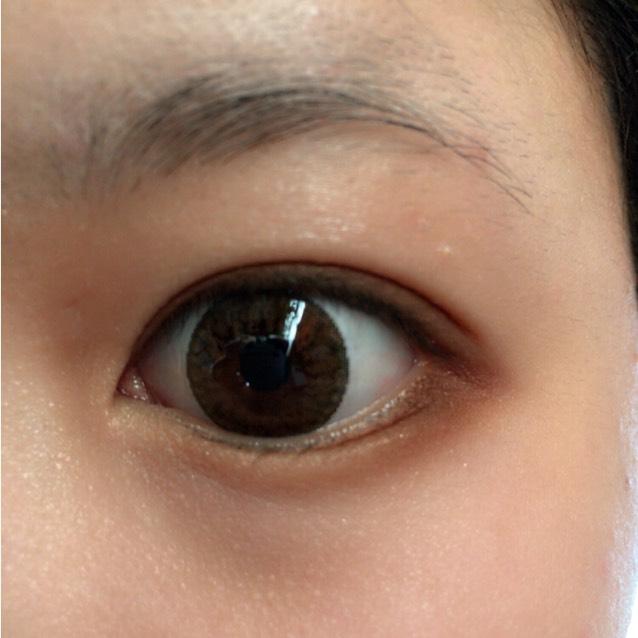 さっきのアイシャドウを下瞼の目尻が濃くなるように塗ります。
