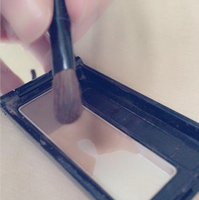 眉毛はフサフサのブラシの方でふんわりとかきます。 眉尻の方は細い濃い色をブラシでとりかきます。