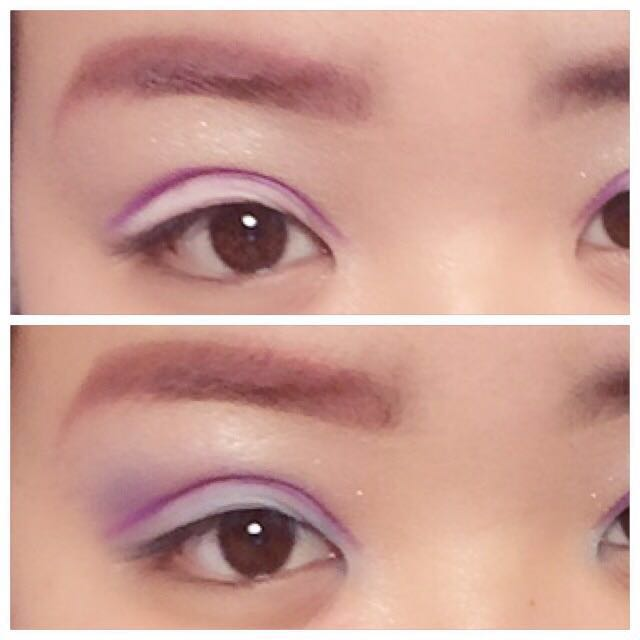 まぶた全体に白のシャドーを。二重の線の所に紫のシャドーでダブルラインを引く。 青のシャドーで目尻側をぼかし、二重幅には水色のシャドーを塗る