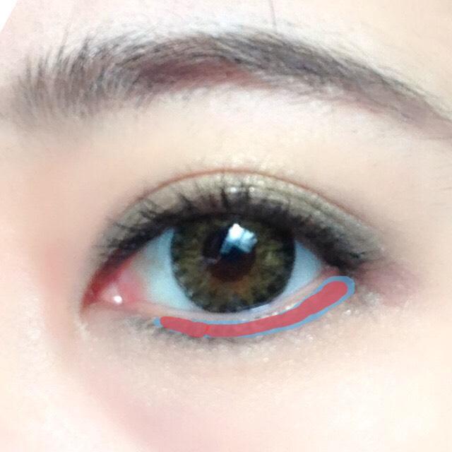 最後に下瞼の粘膜ぎりぎりの位置に⑵と⑶のシャドウを、細くブラシでラインの様にぼかす。⑶→⑵の順番で重ね塗りします。 さりげなく、気持ち薄めです。