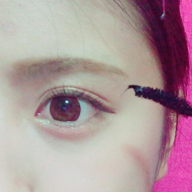 マスカラの塗り方もひと工夫!  目をぱっちりさせるため  上まつ毛には たっぷりと塗り、 下まつ毛には さっと塗ります ❤︎  マスカラはボリュームタイプより 、ロングタイプがオススメ!