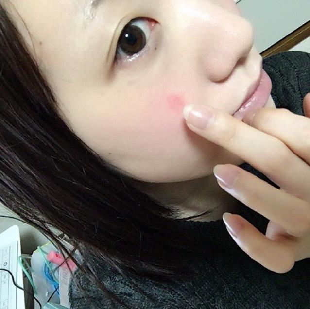 ヴィセのクリームチークを指に取ります。黒目と小鼻の少し上らへんが交わる場所にポンッと乗せ、指で広げていきます。