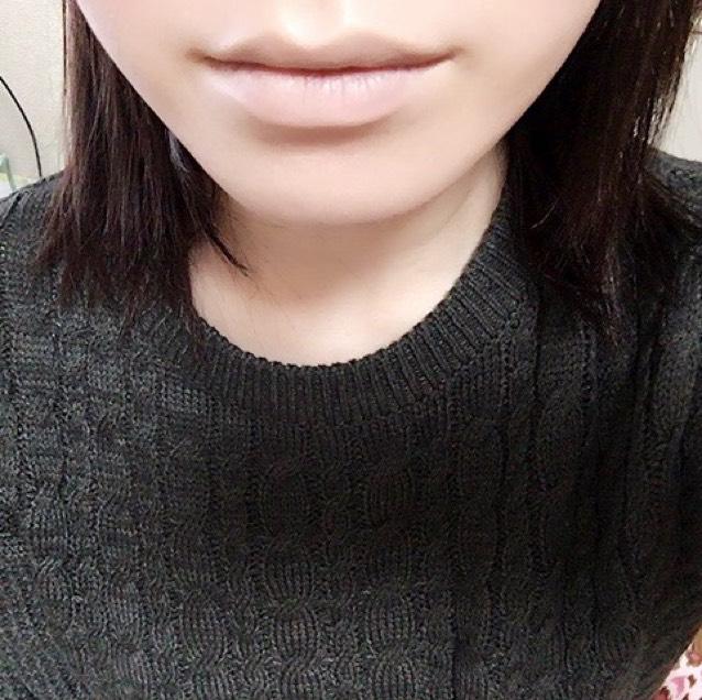 カバーマークのブライトアップファンデーションで唇の色を消します。