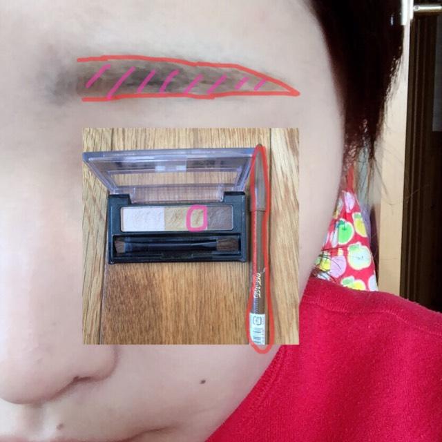 ペンシルでなりたい眉の枠を書いたあと、パスダーでその枠をぼかしながらなかをうめていきます!