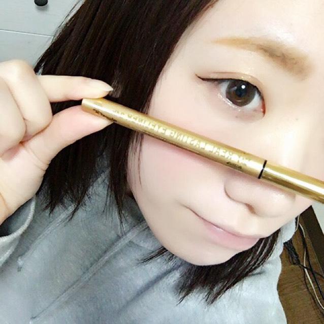 K-パレットのリアルラスティングアイライナー24hWP(RDB1)でラインを描きます。 しっかりと粘膜や睫毛のキワも埋めていきます。 わたしは目尻を少し長めにスッと流すように引いてます。