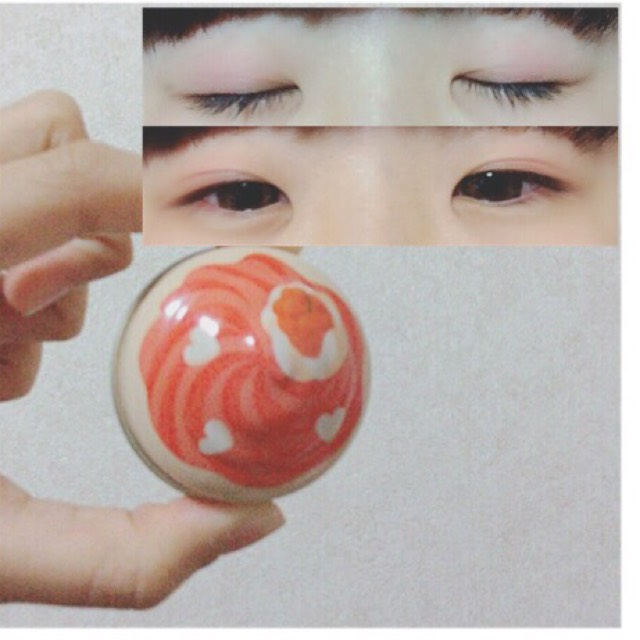 【 ETUDE HOUSE 】の 【 スイートレシピ オールオーバーカラー / 赤 】 を、まぶた全体に薄く塗り、黒目の上辺りに少し濃くなるように塗る。