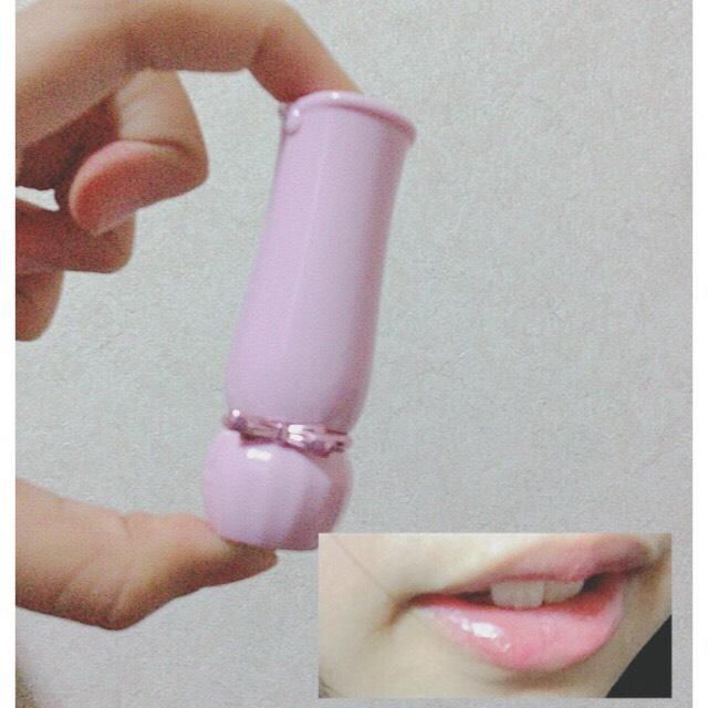 リップ下地として、【 ETUDE HOUS  / ディアマイブルーミングリップトーク / RD308 】 を、唇にポンポンとのせます。