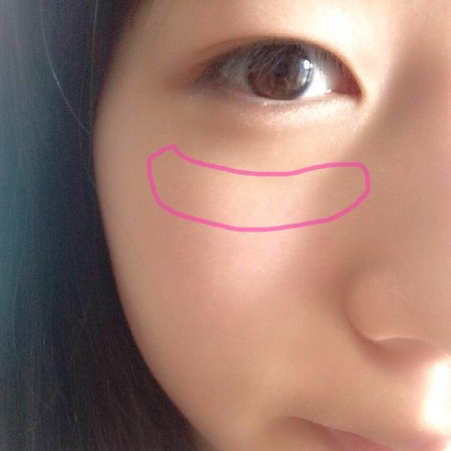 目の少し下に赤のクリームチークを薄めにのせます